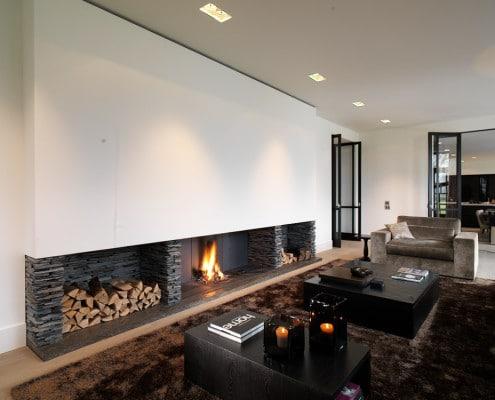 Modern interieur met openhaard