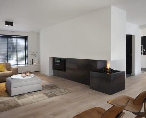 Strak en moderne openhaard en interieur