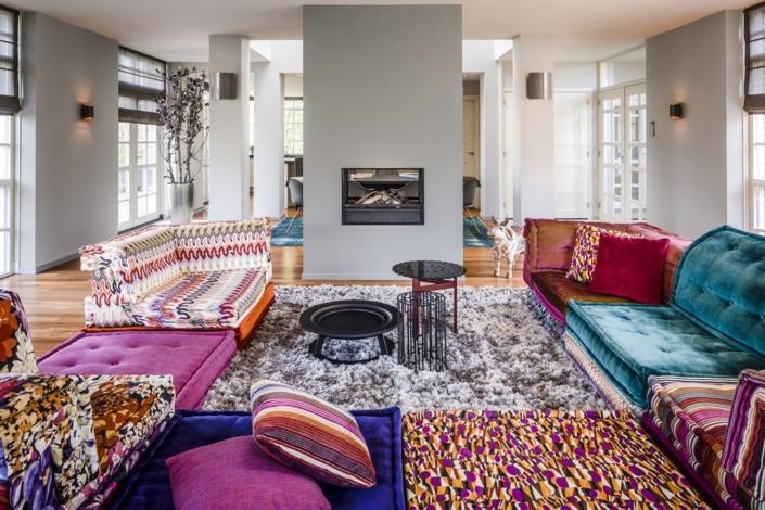 Openhaard in kleurrijk interieur